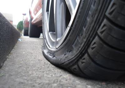 Tips Mengetahui Tanda Ban Mobil Kempes