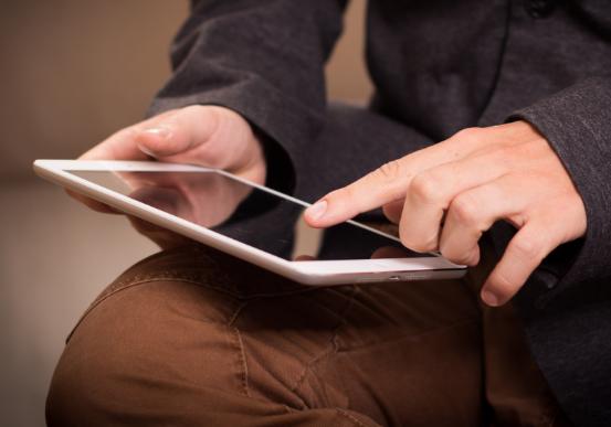 Gambar orang sedang menyentuh layar smartphone