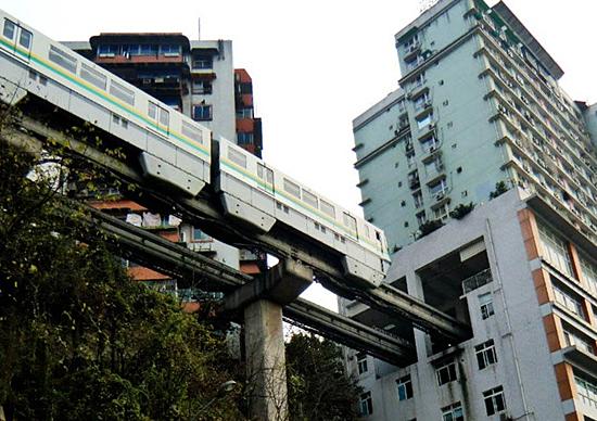 Construções no meio do caminho na China - Trem atravessa Prédio em Chongqing