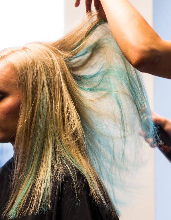 monivärjätty hius shokkivärit värjäys kotona hiusten värjäys kampaamossa