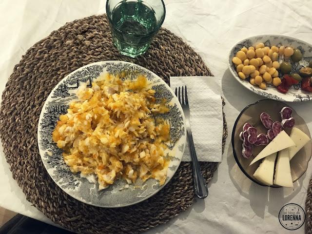 Merluza con patatas y salsa de tomate