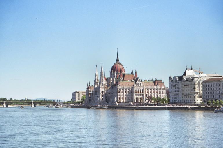 Voyage à Budapest - vue du parlement le long du Danube