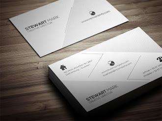 Üzerinde gri renkte üçgen desenler ve çizgiler olan beyaz kartvizit