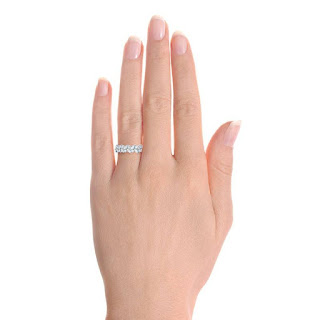 40-anillo-en-el-dedo-anular