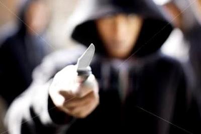Resultado de imagem para dupla armada de faca roubam bolsa com dinheiro no centro