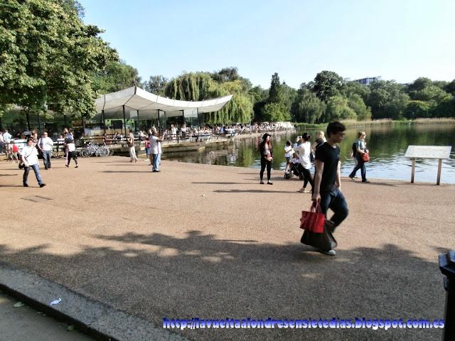 Zona de descanso al lado del lago Serpentine, en Hyde Park.