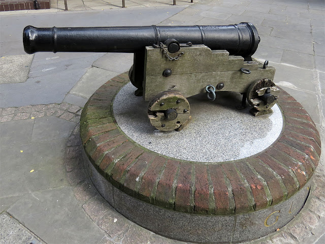 King George III cannon mounted on a plinth, Gunpowder Square, City of London