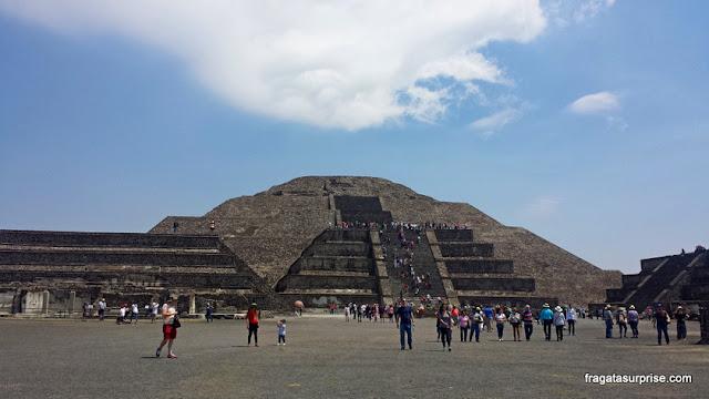 Subida à Pirâmide do Sol de Teotihuacán