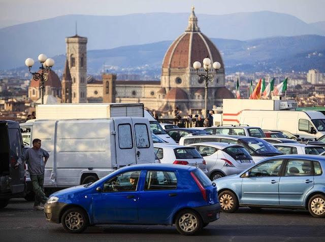 Carros estacionados em Florença na Itália