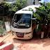 Motorista perde controle e micro-ônibus atinge casa em Eunápolis