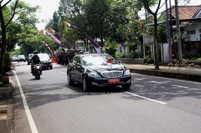 Mobil dinas kepresidenan didampingi 2 motor pengawal.