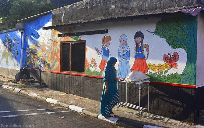 Berbagai mural menghiasi dinding di Kampung Beji