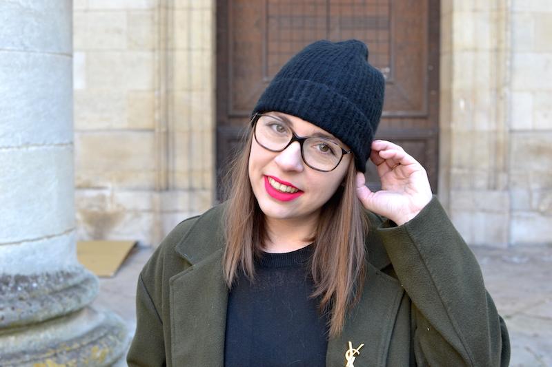 pull noir H&M, manteau kaki Sheinside, broche YSL de Joli Closet, bonnet noir Etam