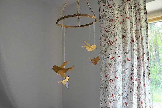 mobil z papierowych ptaków DIY