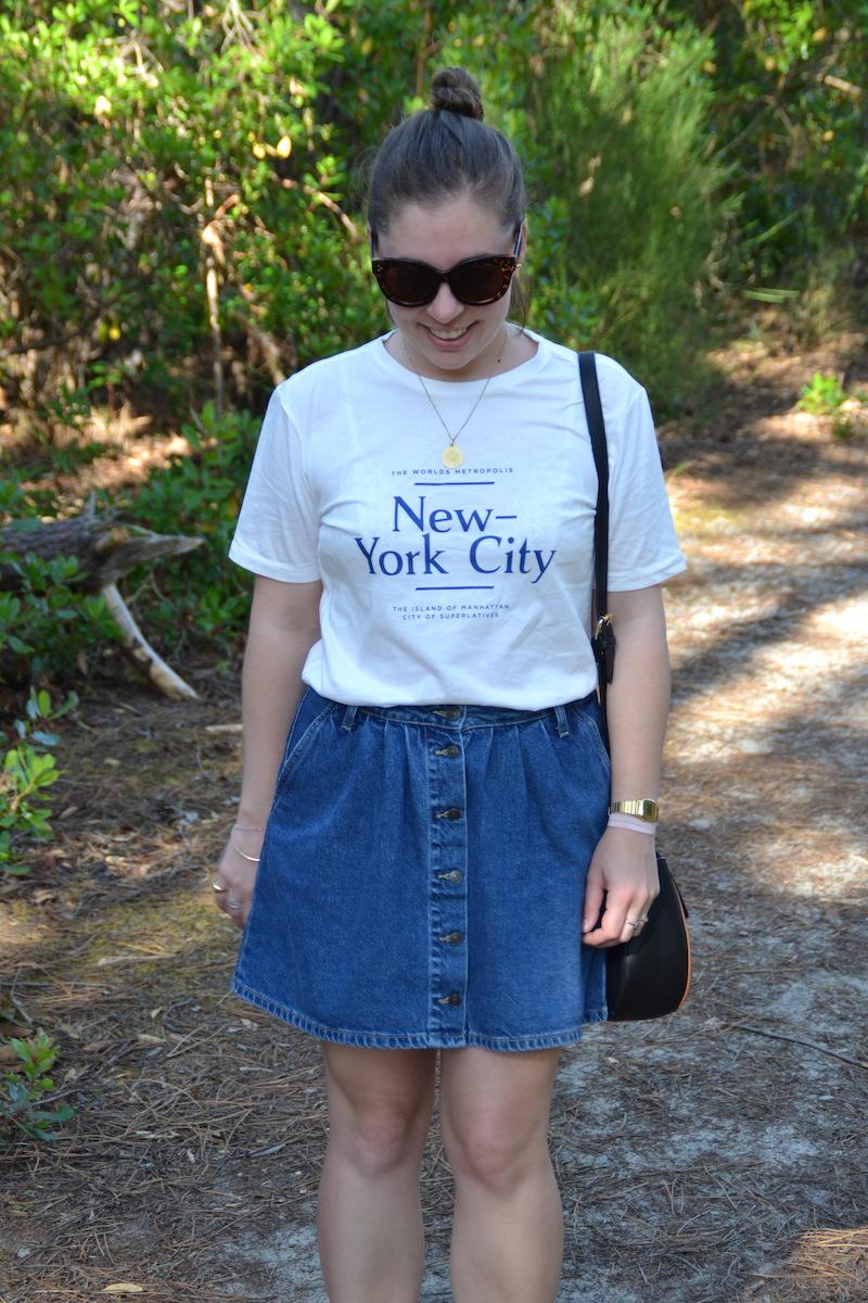 t-shirt New York H&M, jupe en jean Zara, lunette Aliexpress, sac Asos