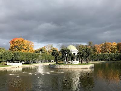 Stor dam i en park med en fontene og pavilion.