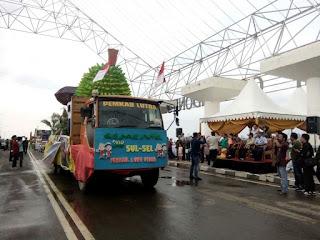 Lutra Tampilkan Mobil Hias Durian Dan Coklat  Pada HUT Sulsel Ke-348