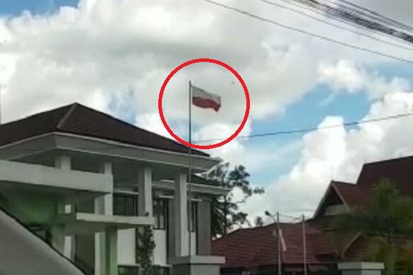 Bendera Merah-Putih Terpasang Terbalik Disalahsatu Kantor di Kapuas Hulu