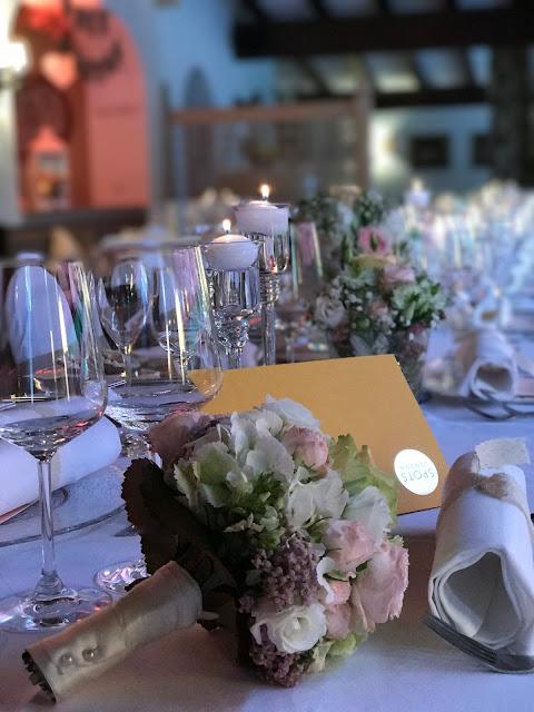 Hochzeitsdinner Brautstrauß, London meets Garmisch-Partenkirchen, Sommerhochzeit im Vintage-Look in Bayern mit internationalen Hochzeitsgästen, Riessersee Hotel, Hochzeitsplanerin Uschi Glas