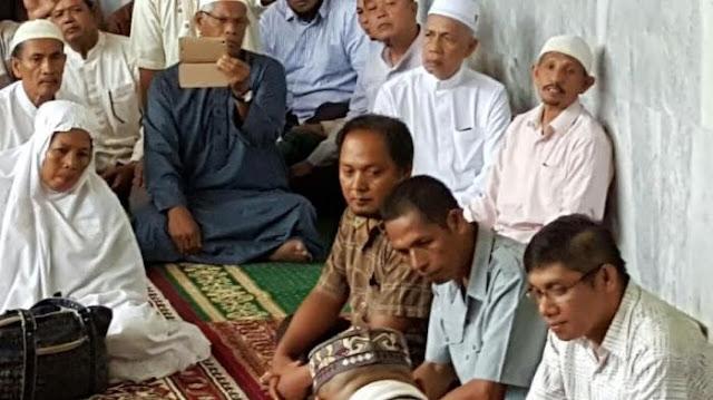 Empat warga asal Kabupaten Serdang Bedagai, Sumatera Utara (Sumut) resmi memeluk agama Islam di Masjid Baiturrahman, Lhokseumawe, Jumat (15/7/2016).