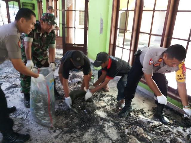 Anggota Koramil 03/Sukmajaya Bantu Bersihkan Puing Kebakaran
