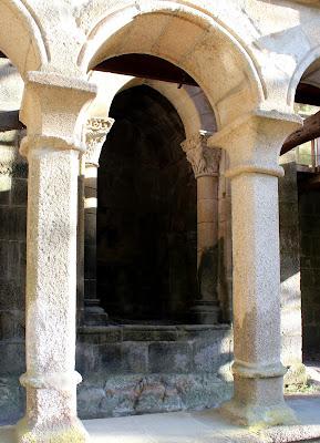 Columnas y arcos del claustro del monasterio de Sta. Cristina de Ribas del Sil en la Ribera Sacra, Orense