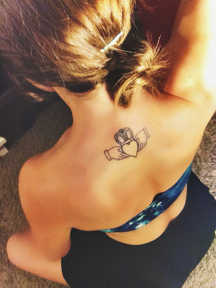 tatuaje femenino anillo claddagh