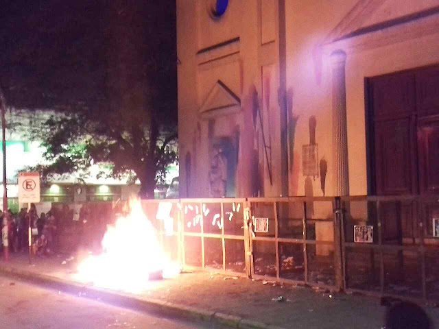 Militantes da agenda LGBT atacam a catedral de Resistencia, Argentina