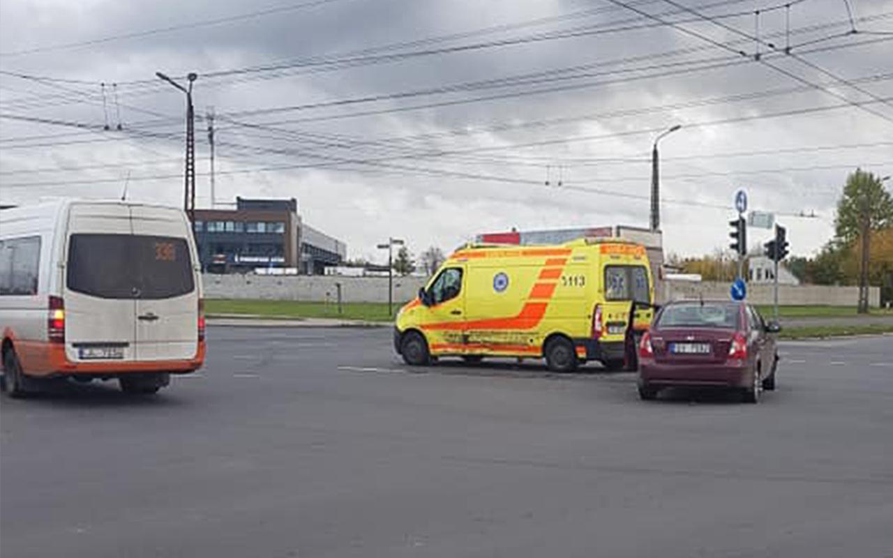 Vieglais auto ietriecās ātrās palīdzības mikroautobusā Pļavnieki Rīga Latvija 121019