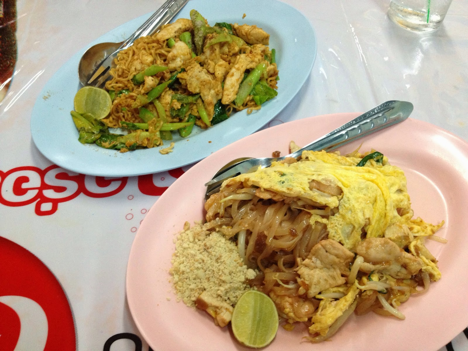 Chiang Mai - Our first meal in Chiang Mai - pad thai and fried mama