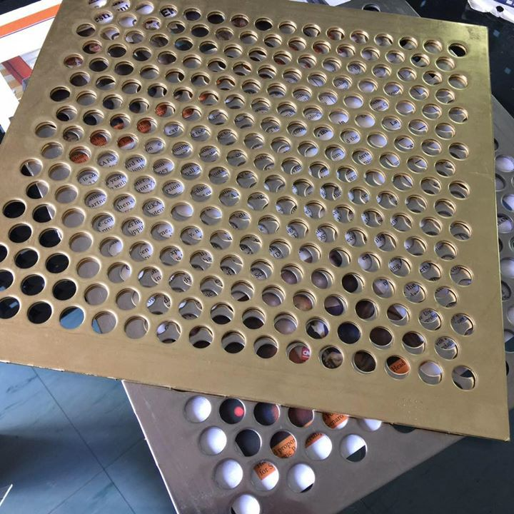 Acp perforated dibuat dengan menggunakan mesin cutting dan CNC, motif yang di hasilkan sesuai dengan gambar yang telah dibuat sebelumnya.
