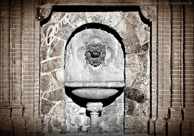 Brunnen mit Löwenkopf an der Köhlbrandtreppe
