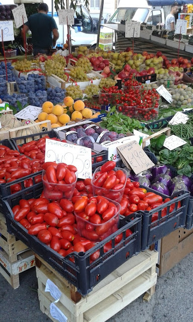 ירקות טריים בשוק באחת מהשכונות של מילאנו