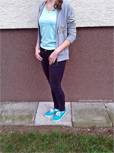 Szra bluza z kapturem i napisem, niebieska bluzka, granatowe jeansy, morskie tenisówki