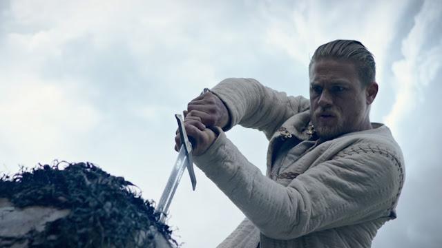 SDCC | Charlie Hunnan empunha a Excalibur no primeiro trailer de Rei Arthur: A Lenda da Espada