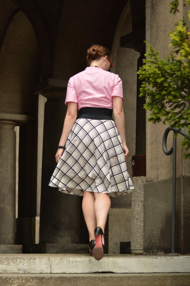 georgiana quaint outfit, czech fashion blog, handmade shirt, vintage checquered skirt, Tamaris vintage shoe, candy pink shirt, košile fler.cz