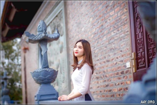 cô gái mặc áo dài trắng xinh đẹp