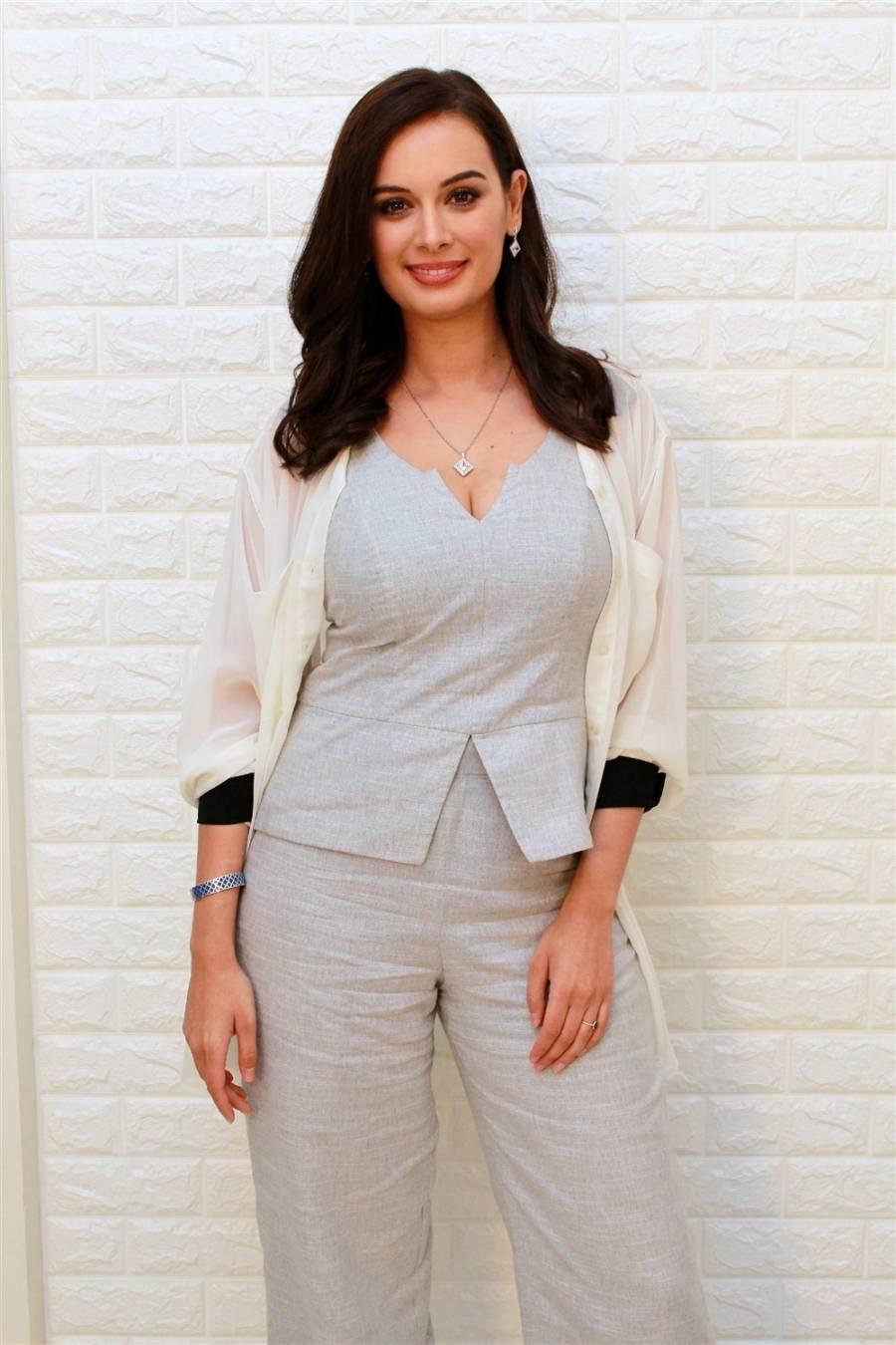 Saaho Telugu Movie Actress Evelyn Sharma Interview Photoshoot