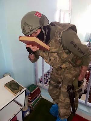 Tentara Turki Masuk Masjid Melepas Sepatu (Bahkan Memakai Alas Plastik)