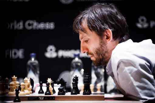 L'image clé de la ronde 11 : le joueur d'échecs russe Alexander Grischuk en grosse difficulté face au Chinois Ding Liren sauvera miraculeusement le demi-point par son talent en zeitnot - Photo © World Chess