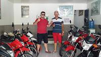 Clientes satisfeitos ao receberem moto 0km