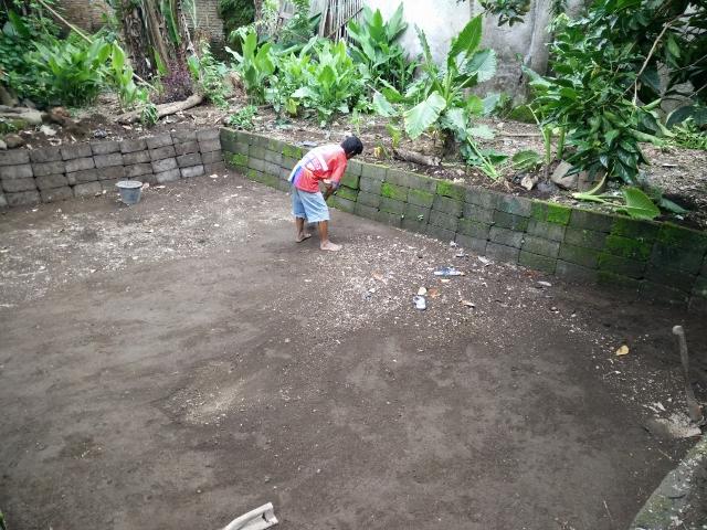 Punjul membersihkan lantai kolam