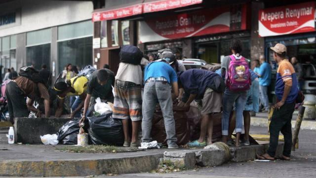 Comer de la basura, el drama de los más pobres en Venezuela