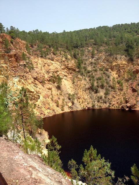 laguna roja en las Minas de Riotinto en Huelva
