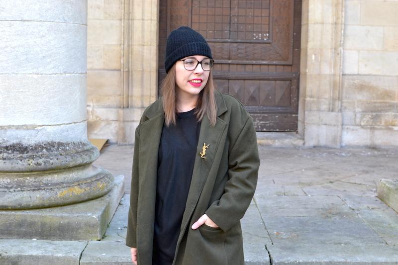 manteau kaki Sheinside, proche YSL de Joli Closet, bonnet noir Etam, pull noir et jean noir H&M