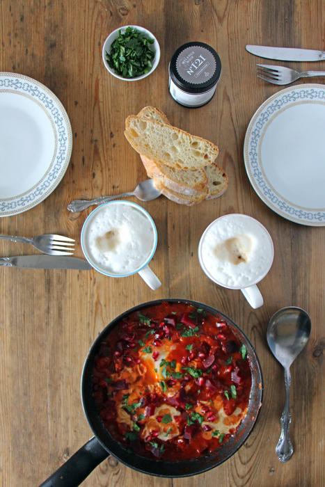 Vegane Rote Bete Shakshuka mit Granatapfel und Tahin