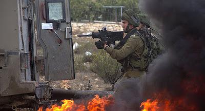 Dos soldados israelíes rescatados del campo de refugiados Kalandia