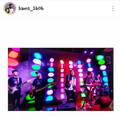 Penyanyi Bams sedang bernyanyi di acara Ngopi with OPPO Find X