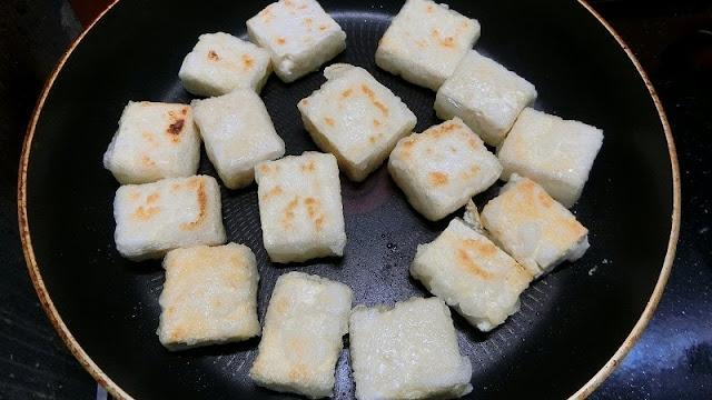 フライパンで豆腐をこんがり焼き色がつくまで焼きます。