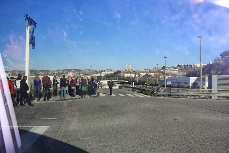cola bus 35 de Marsella, cola bus, fila en parada de bus